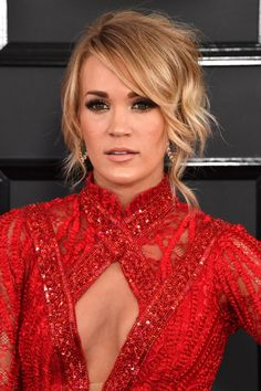 Singer Carrie Underwood attends The GRAMMY Awards at STAPLES Center on February 2017 in Los Angeles, California. Carrie Underwood Makeup, Carrie Underwood Pictures, Carrie Underwood Bikini, Katy Perry, Taylor Swift Haircut, Divas, Grammy Red Carpet, Grammys 2017, Celebrity Hairstyles