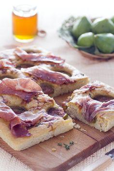 Chi negherebbe mai una fetta di focaccia? Noi di #GialloZafferano ne abbiamo una versione perfetta per la #stagione: la #focaccia al #crudo e #fichi! Questi #dolci #frutti di fine estate si sposano benissimo con la sapidità del #prosciutto e la fragranza della focaccia ne esalta gli aromi! Imperdibile, per un #happyhour o un #buffet! #ricetta #italianfood #italianfocaccia #figrecipe #italianprosciutto