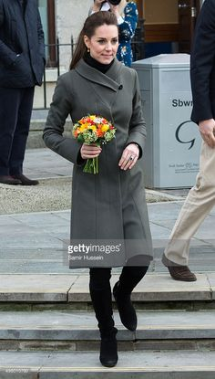Catherine, Duchess of Camridge visits Caernarfon Castle square during a visit ot North Wales on November 2015 in Caernarfon, United Kingdom. Duchess Kate, Duke And Duchess, Duchess Of Cambridge, Kate Middleton Style, Pippa Middleton, Fit And Flare Coat, Kate And Pippa, Prince William And Catherine, Black Turtleneck