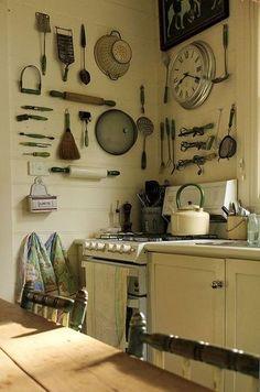 壁に直接設置する「見せる収納」。調理器具がインテリアになるなんて。とってもオシャレです。