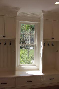50 DIY Farmhouse Mudroom Bench Decor Ideas – Best Home Decorating Ideas Bench Decor, New Homes, House, Home, Bedroom Bench, Window Benches, Home Bedroom, Mudroom Design, Mudroom Lockers