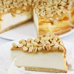 Super delicious, fabulous fudge cheesecake with roasted peanuts. It's an unearthly cheesecake baked on a crispy base. For this kajmakowa mass and salted nuts. It's a cheesecake for every occasion! Sweet Recipes, Cake Recipes, Fudge Cake, Roasted Peanuts, Food Cakes, Vanilla Cake, Food Inspiration, Sweet Tooth, Food Photography