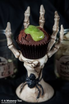 Discover how to make these fun, spooky Halloween cupcakes. Will you make the oozing slime cakes, the gory brain cakes, or both? Spooky Food, Easy Halloween Food, Spooky Treats, Halloween Treats, Spooky Halloween, Brain Cake, Chocolate Cupcakes Filled, Potion Labels, Easy Homemade Gifts