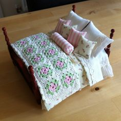 ideas for doll house Doll House Crafts, My Doll House, Doll Crafts, Diy Doll, Doll Houses, Miniature Quilts, Miniature Crafts, Miniature Dolls, Miniature Houses