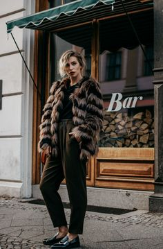 Herbst-Edition: Jacken | Fashion Blog from Germany. Black top+khaki pants+black loafers+brown fur coat. Fall Outfit 2016