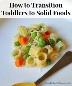 Como pasar a los bebes de puré a comida de verdad. How to Transition Toddlers to Solid Foods - tips for weaning your toddler off pureed baby food and transitioning him to solid food. Baby Puree Recipes, Baby Food Recipes, Food Baby, Baby Finger Foods, Baby Foods, Baby Snacks, Kid Foods, Toddler Meals, Toddler Food
