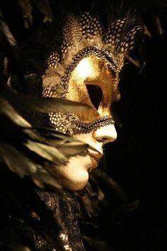 The gold mask. Venetian Carnival Masks, Carnival Of Venice, Venetian Costumes, Costume Venitien, Venice Mask, Or Noir, Gold Aesthetic, Shades Of Gold, Foto Art