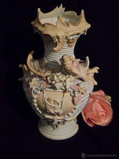 Precioso jarrón violetero en porcelana biscuit numerada, ángeles, niños en columpio.
