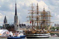 L'Amerigo Vespucci salue la cathédrale Notre-Dame de Rouen