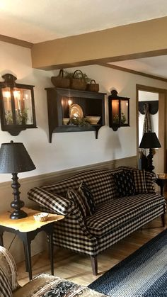 sconces and SHELF above couch! And black and white/cream plaid or houndstooth? Wandlampen und R Primitive Living Room, Primitive Wall Decor, Primitive Decorations, Primitive Kitchen, Primitive Country, Shelves Above Couch, Regal Design, Country Decor, Farmhouse Decor