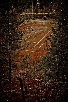 Kerkolanjärven lähettyvillä on unohdettu tenniskenttä jonka hinnastokin on esitetty vielä markkoina!  http://www.naejakoe.fi/nahtavyydet/kerkolan-hylatty-tenniskentta/