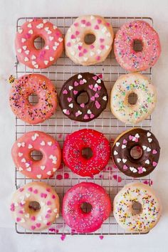Donuts are fried sweets made with flour, white sugar, butter and eggs. Donuts are one of the favorite foods of American nationals. Donuts are more welcomin Homemade Donut Glaze, Homemade Donuts, Diy Donuts, Homemade Breads, Donut Recipes, Dessert Recipes, Cake Recipes, Dessert Ideas, Cute Food