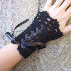 Manchettes mitaines corset au crochet dentelle laine alpaga victorien victoriennes steampunk gothique noires satin