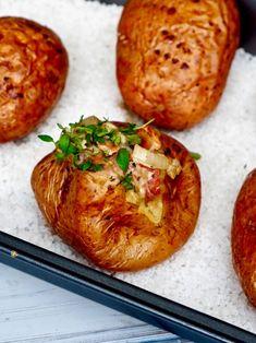 Uuniperunat ja pekoni-sipulitäyte on täydellistä arkiruokaa, joka valmistuu tosi helpolla, muutamasta raaka-aineesta ja vieläpä pienellä vaivalla. Annoksen hintakaan ei juuri päätä huimaa. Food N, Food And Drink, Mushroom Rice, Rice Dishes, Baked Potato, Stuffed Mushrooms, Potatoes, Lunch, Beef
