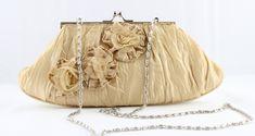 Bolso clutch de fiesta en color cava con boquilla color plata, destaca su elaboración textil con un tacto suave, bolsillo interior y asa larga metálica. Textiles, Color Plata, Bucket Bag, Metal, Interior, Fashion, Drip Tip, Pockets, Colors