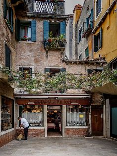 Venice Neighbourhoods - A Quick Guide. Get off the beaten path in Italy's water-logged city.