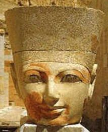 Faraó feminino Hatasu, primeira mulher a comandar o Egito. Estudiosa da crença monoteísta, segundo hieróglifos das colunas do templo de Karnak.