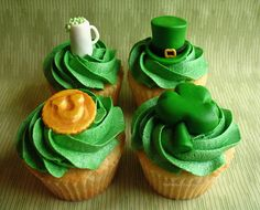 Adorable St. Patrick's Day cupcakes from designer/artist Julie Ball of The Frosted Cake 'n Cookie....