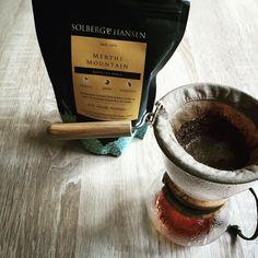 Dziś kolejna kawa od @solberghansen tym razem India Merthi Mountain. Aromat orzechów laskowych a w smaku nuty czekolady i kakao.  Parzę dziś w #hariowoodneck @coffeedeskpl #coffeeroaster #baristadaily #brewedcoffee #coffeeholic #coffee #kawa #coffeegeek #coffeelover #brewslow #alternativebrewing #thecoffeelifestyle #blackcoffee #manualbrew #manualbrewing #specialtycoffee #solberghansen #coffeedesk #hario #drip #dripper #coffeedrip #coffeedripper #poznań #poznan #hariodripper…