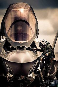 F-35 Lightning II I'm not a fan of the aircraft but, it's a great pic