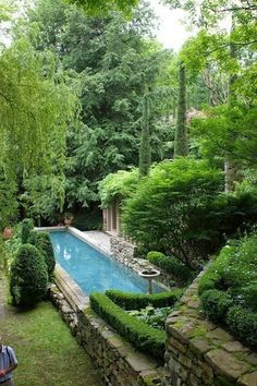 Beautiful Backyard Oasis. ME GUSTA QUE LA PISCINA NO OCUPE UN LUGAR CENTRAL EN EL PATIO.