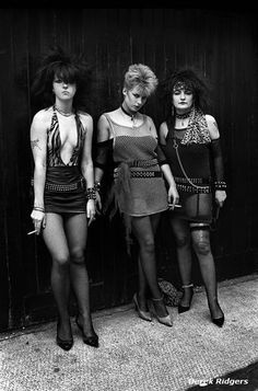 Punk women at a club. [Goth came from the punk. Vintage Goth, Moda Vintage, Vintage Pink, Glam Rock, Look 80s, Look Retro, New Wave, Punk Rock Girls, Goth Girls