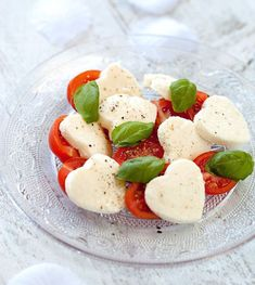 valentines dinner A healthy Valentines meal for kids, on a day filled with sugar: Heart-shaped Insalata Caprese Valentines Day Food, Walmart Valentines, Dinners For Kids, Kids Meals, Recipe For 2 People, Heart Shaped Cookies, Lunch Recipes, Holiday Recipes, Good Food