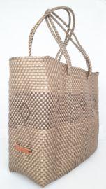 Hippe shopper L goud. Deze handgemaakte ibiza stijl bohemian chique hippe shopper - tas is uniek en een lust voor het oog.  De hippe shopper - tas is van gerecycled kunststof en daarom water resistent, licht gewicht, kleurvast, hip en duurzaam.