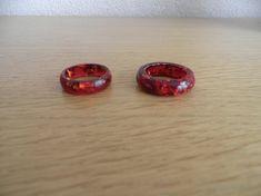 Hars ring. Ring van diep rood met gouden vlokken. Hars sieraden. Decoratie voor vrouw en man. Rood pigment. Diameter ring 18,  en  18.