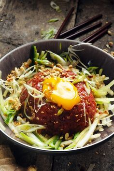 Yukhoe - Korean beef tartare - recipe in French and English Indian Food Recipes, Asian Recipes, Beef Recipes, Healthy Recipes, Korean Beef, Korean Food, Tartare Recipe, Steam Recipes, Asian Kitchen