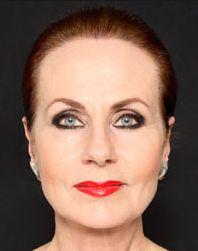 Bleke huid, donker omlijnde ogen en rode lippenstift, de make-up van Ans Markus is haar personal brand.