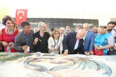 """Gaziantep Büyükşehir Belediyesi ve Uluslararası Suluboya Derneğinin işbirliğiyle düzenlenen """"6.Uluslararası Sevgi, Barış ve Hoşgörü"""" Altın Fırça Sulu Boya Yarışması ve Festivali kapsamında 30 metrelik resim çalışması yapıldı.  Çin, Ukrayna, Kosova, Almanya, Kanada, Azerbaycan, Hindistan ve Macaristan gibi ülkeler başta olmak üzere 25 ülkeden yaklaşık 65'i yabancı 150 sanatçının katıldığı çalışma, Zeugma Mozaik Müzesi'nde gerçekleştirildi. …"""