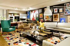 Nesta sala, o fundo neutro faz a tela perfeita para destacar o colorido vibrante da decoração, que se utiliza da Toy Art nos objetos, compondo com os quadros, tapete e outros elementos de decoração, um ambiente alegre e contagiante!