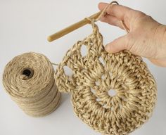 Have you noticed that natural jute decor is bang on trend right now? In this tutorial, you'll learn how to crochet the rounds and create a stunning contrast between the natural jute and metallic. Mesh supla preparation with wicker yarn - Emma Style Crochet Wool, Diy Crochet, Crochet Stitches, Crochet Patterns, Crochet Handbags, Crochet Purses, Crochet Wall Hangings, Crochet Market Bag, Jute Bags