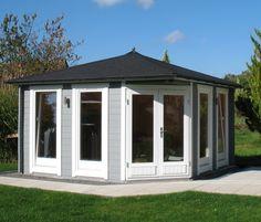 Schlicht, elegant und dennoch außergewöhnlich: Dieses hellgrau-weiße 5-Eck-Gartenhaus überzeugt durch lichtturchfluteten Raum und modernes Design.