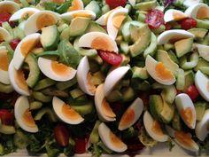 Blandet grøn salat kommes på et fad 2 stk. Avokado i stykker vendt i citronsaft 1 stk. Agurk skrællet og kernerne fjernet skåret i skiver 1 bakke. cherrytomater i halve 3 stk. Æg hård kogte og i kvarte Bland cherrytomater, agurk og avokado sammen og fordel over salaten, pynt med de kvarte æg over.