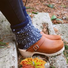 Clogs: Babouche: A palavra babouche vem do francês e identifica um tipo de chinelo marroquino, popular na Turquia. Aberto no calcanhar e fechado na frete, de saltos altos, foi muito apreciado pelas mulheres no século XVIII. Hoje é parente do tamanco, porém mais delicado. Em 2010,voltou a cena fashion a partir do desfile da Chanel, mas foi chamado de clog. Os clogs têm origem camponesa holandesa, feitos em madeira com um bico pontudo virado para cima e um solado plano