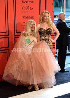 米ニューヨークのリンカーン・センター(Lincoln Center)で開催された2013年「CFDAファッション賞(CFDA Fashion Awards)」の授賞式に出席したデザイナーのベッツィー・ジョンソン(Betsey Johnson、左)とルル・ジョンソン(Lulu Johnson、2013年6月3日撮影)。(c)AFP/Getty Images/Andrew H. Walker ▼6Jun2013AFP|「CFDAファッション賞」授賞式、華やかな来場ゲストをチェック http://www.afpbb.com/articles/-/2947885 #Betsey_Johnson #Lulu_Johnson