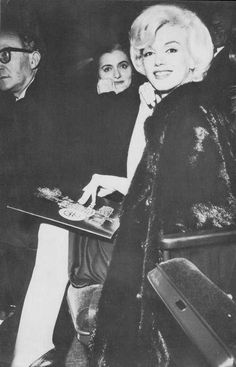 Marilyn Monroe and Paula Strasberg watching Macbeth in NYC, Marilyn Monroe 1962, Lee Strasberg, Famous Movies, Iconic Movies, Famous Faces, True Beauty, My Beauty, Timeless Beauty, Classic Beauty