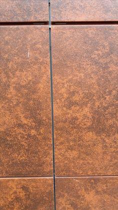 Nurkkauksesta löytyy myös sileää laattaa seinästä, joka jatkaa punertavien värimaailmojen linjalla. Ohikulkijoita on kaikista ihmisryhmistä, paitsi pieniä lapsia kulkemassa yksin tai päiväkotiryhmän kanssa. Ei myöskään luokkaretkeläisiä. Paljon nuoria.
