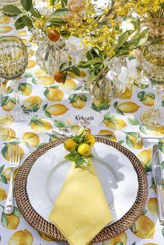 Mesa decorada para um almoço entre amigos nos fins de verde e amarelo, toalha estampada e detalhes que amamos, como os marcadores de lugar!