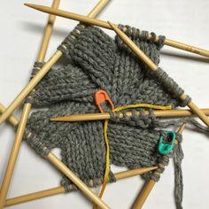 ▶ 스웨덴 자작나무기법으로 뜬 가방 블록 작업▶ 1번째 1블록 만들기▶ 1번째 2블록 시작 * 스웨덴 자작나... Knitting Short Rows, Knitting Stitches, Knitting Designs, Knitting Needles, Knitting Projects, Baby Knitting, Yarn Crafts For Kids, Knitting Magazine, How To Purl Knit