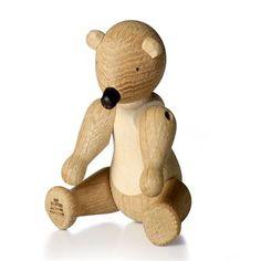 Kay Bojesens träbjörn passar lika bra som prydnad för de vuxna som leksak för barnen. Den snälla björnen med sin öppna famn designades redan 1952, samma år som Kay Bojesen blir utnämnd till kunglig hovleverantör. Björnen är en del i samlingen trädjur och är en designklassiker som följer en genom hela livet, från barnkammaren till den egna bostaden.