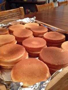 After 20 minutes or so, the wheel cake maker cranked out these bad boys. Recipe makes Taiwan Street Food, Taiwan Food, Asian Desserts, Just Desserts, Bakery Recipes, Dessert Recipes, Japanese Pastries, Wheel Cake, Macaroon Recipes