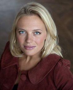 "Josephine Bornebusch spelar ""Mickan"" Schiller i TV 4:s humorserie ""Solsidan""."