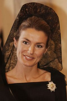 La princesa Letizia durante la entronización del Papa Benedicto XVI en 2005, lució mantilla de Chantilly. Todas las invitadas vestían de negro excepto dos de ellas. La Reina Doña Sofía y la gran Duquesa de Luxemburgo que fueron de vestido largo de color blanco, con peineta blanca y mantilla del mismo color. / Foto: Getty