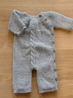 Jumpsuit pattern by Pinar Ürün Sizun I am a sucker for simple simple knits. Love the garter stitch and single cable running down the front.I am a sucker for simple simple knits. Love the garter stitch and single cable running down the front. Baby Knitting Patterns, Knitting For Kids, Baby Patterns, Vogue Patterns, Vintage Patterns, Free Knitting, Sewing Patterns, Baby Jumpsuit, Knitted Baby Clothes