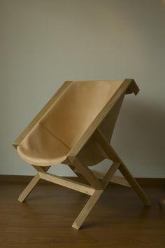 La silla y banqueta baja KANGURO conforman las primeras piezas de mobiliario a la que le seguirán mesas, sillas de respaldo bajo, mobiliario infantil y distintos módulos de guardado.