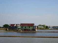インドネシア スラベシ島の海水養殖池に建つ水上住居
