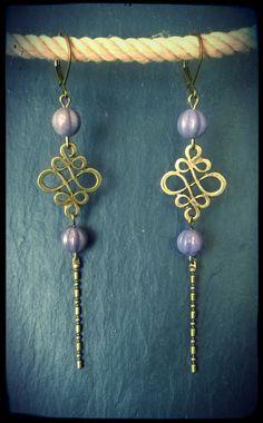Boucles d'oreilles pendantes esprit vintage mauve irisé : Boucles d'oreille par c-moi-k-fee